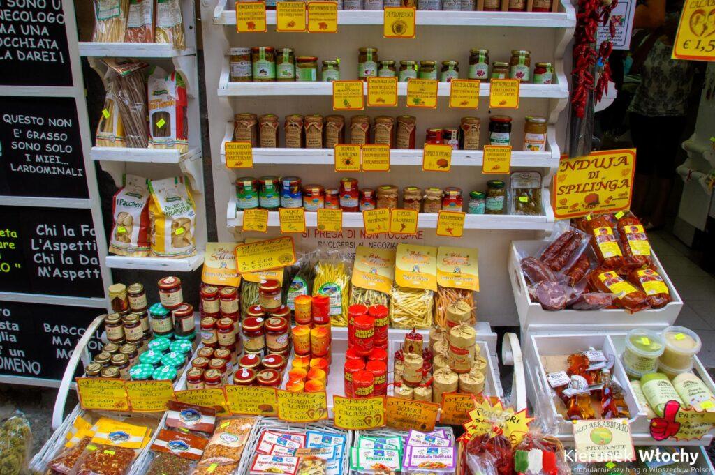 wystawa jednego z dziesiątek sklepików z lokalnymi przysmakami (fot. Łukasz Ropczyński, kierunekwlochy.pl)