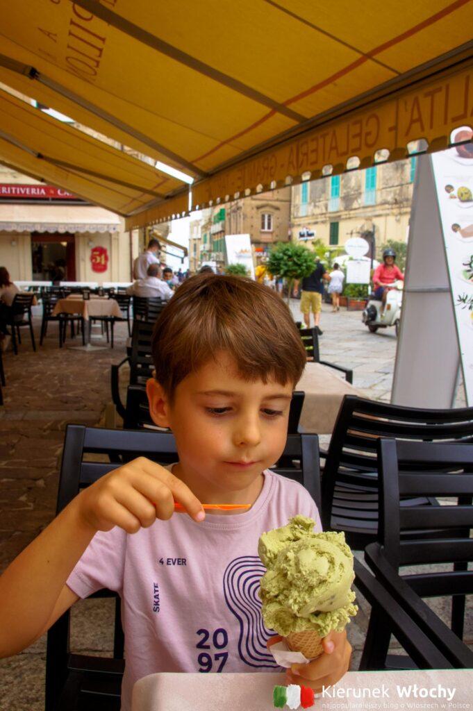 Tropea słynie z lodów z tutejszej słodkiej, czerwonej cebuli. Natan nie dał się przekonać - wybrał pistacjowe (fot. Łukasz Ropczyński, kierunekwlochy.pl)