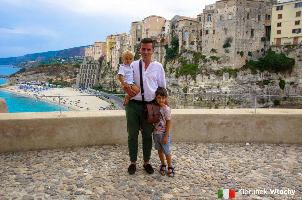 to zdjęcie zrobiliśmy na tarasie przy sanktuarium Santa Maria dell'Isola w Tropei, Kalabria, Włochy (fot. Łukasz Ropczyński, kierunekwlochy.pl)