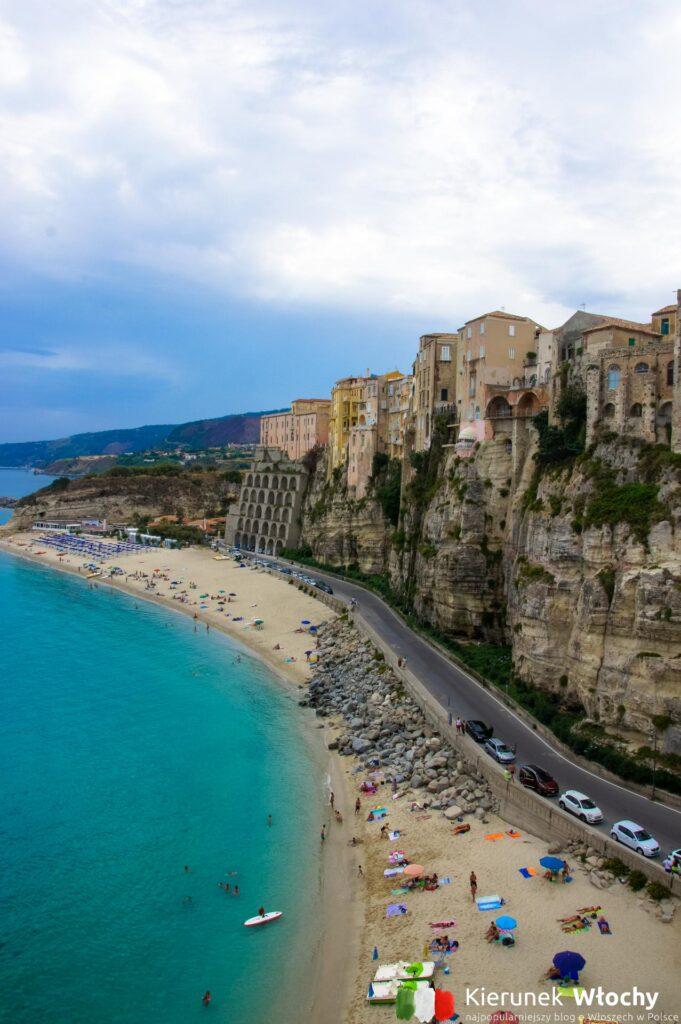 widok z tarasu przy Santa Maria dell'Isola na plażę i klif, na którym leży Tropea, Kalabria, Włochy (fot. Łukasz Ropczyński, kierunekwlochy.pl)
