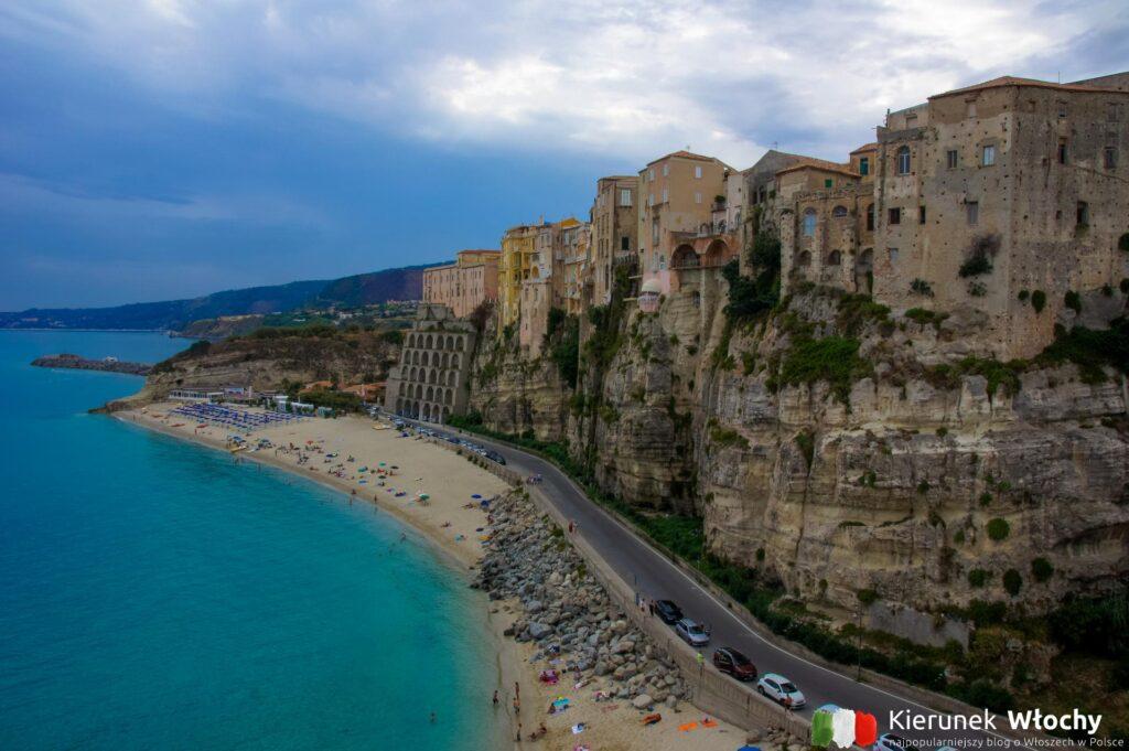 widok z Santa Maria dell'Isola na plażę i centro storico w Tropea, Kalabria, Włochy (fot. Łukasz Ropczyński, kierunekwlochy.pl)