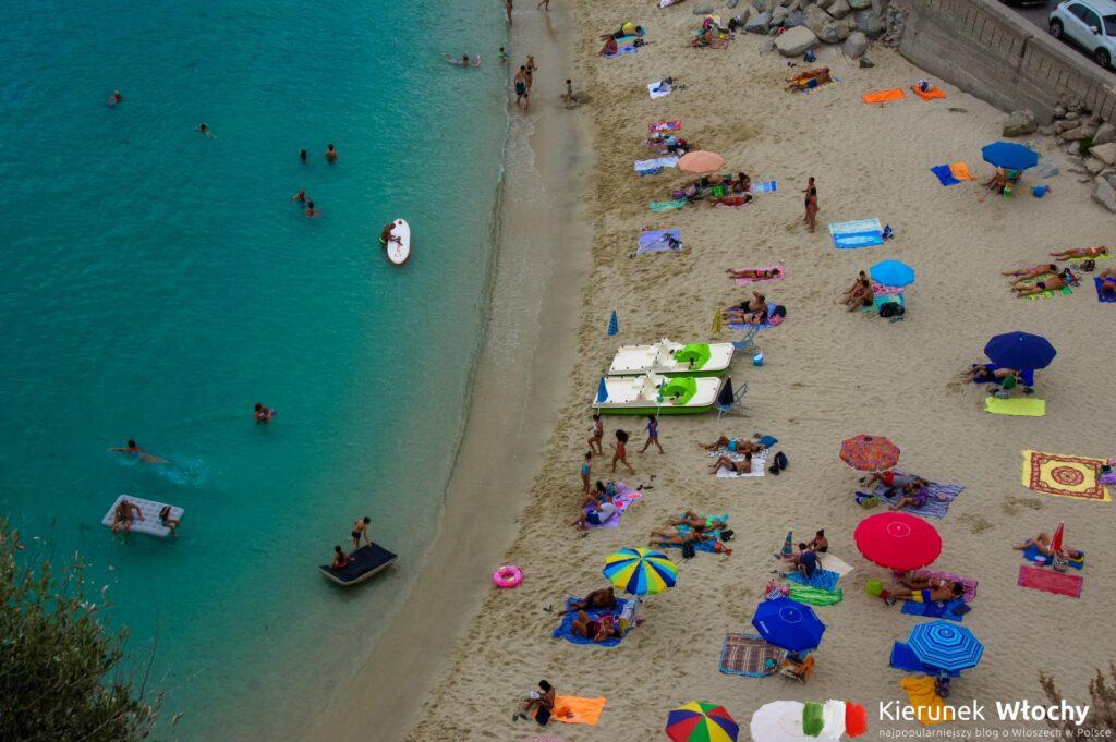 widok z tarasu przed Santa Maria dell'Isola na miejską plażę (fot. Łukasz Ropczyński, kierunekwlochy.pl)