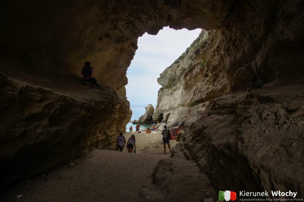 Mała plaża pod Sanktuarium w Tropei, Kalabria, Włochy (fot. Łukasz Ropczyński, kierunekwlochy.pl)