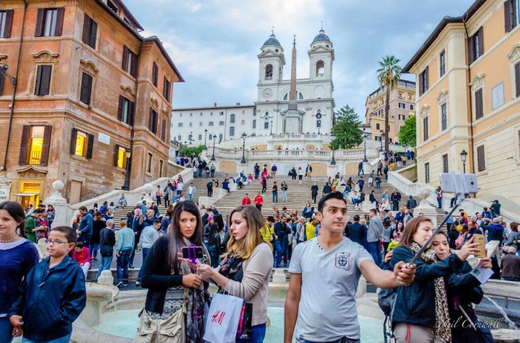 Plac Hiszpański, a w tle Schody Hiszpańskie, Rzym, Włochy (fot. Neil Cornwall)
