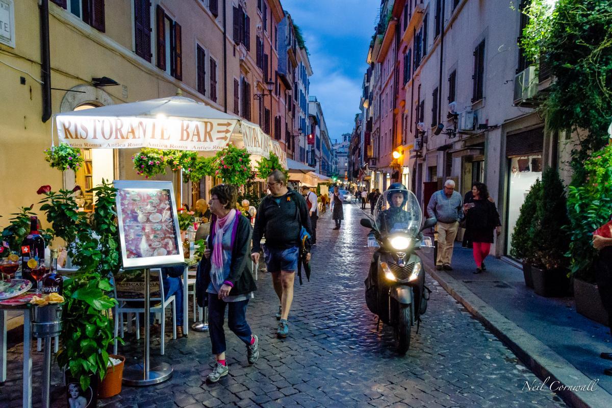 życie nocne w Rzymie, Włochy (fot. Neil Cornwall)