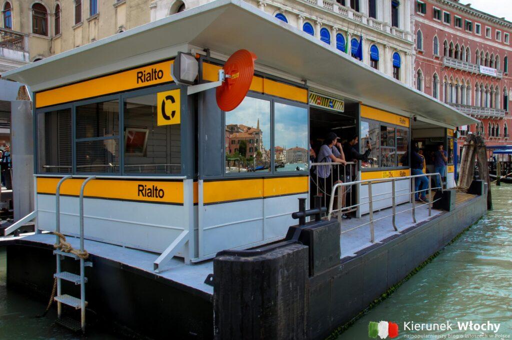 przystanek tramwaju wodnego przy moście Rialto, tramwaje wodne w Wenecji (fot. Łukasz Ropczyński, kierunekwlochy.pl)