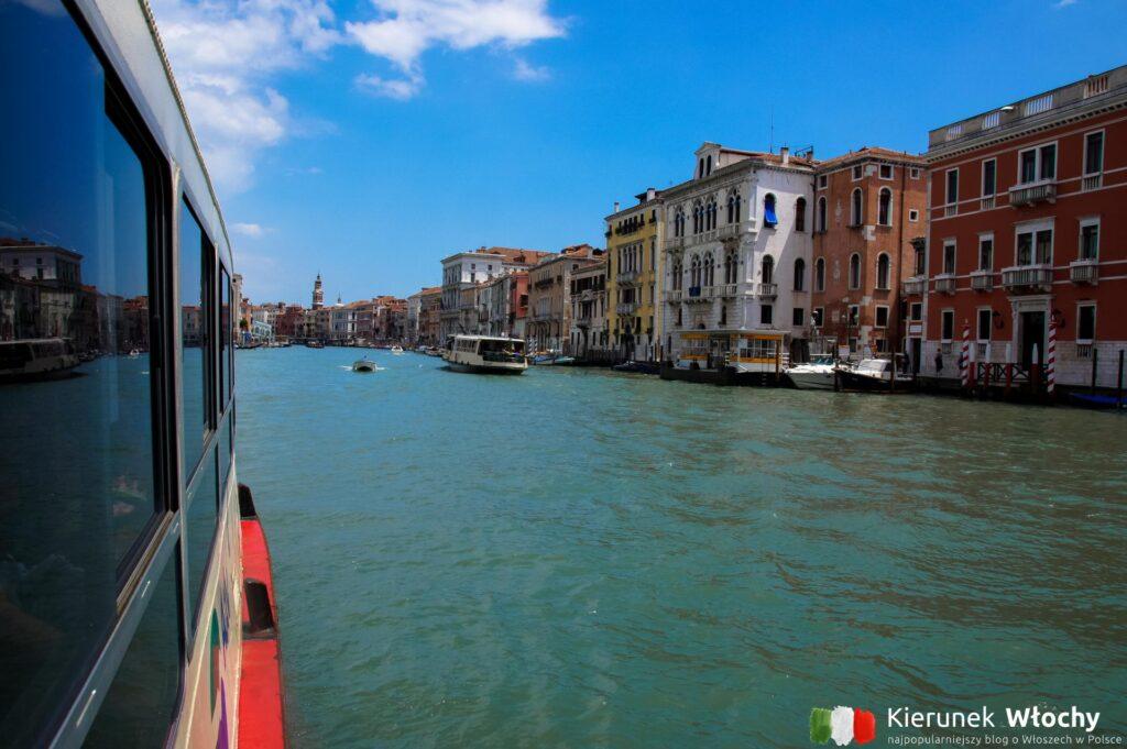 widok z tramwaju wodnego na Canal Grande, komunikacja miejska w Wenecji (fot. Łukasz Ropczyński, kierunekwlochy.pl)