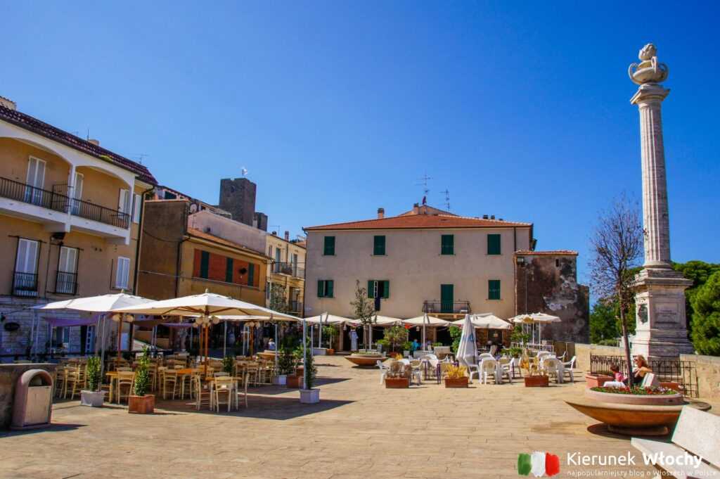główny miejski plac w Talamone, Wybrzeże Maremma, Toskania, Włochy (fot. Łukasz Ropczyński, kierunekwlochy.pl)