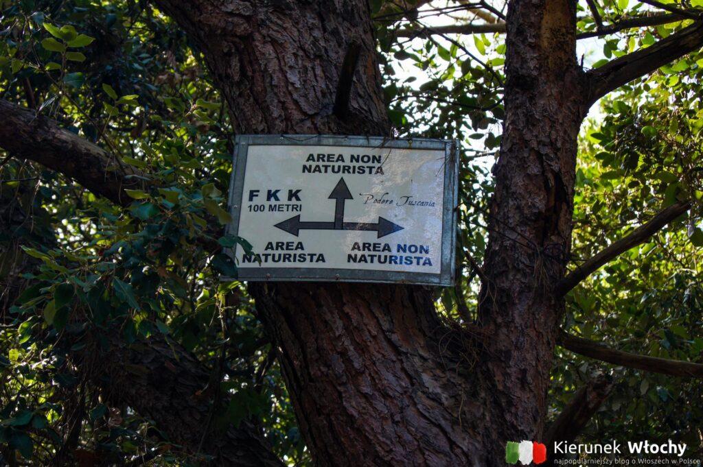znak wskazujący drogą do plaży naturystycznej na południe od San Vincenzo, najpiękniejsze plaże Toskanii (fot. Łukasz Ropczyński, kierunekwlochy.pl)