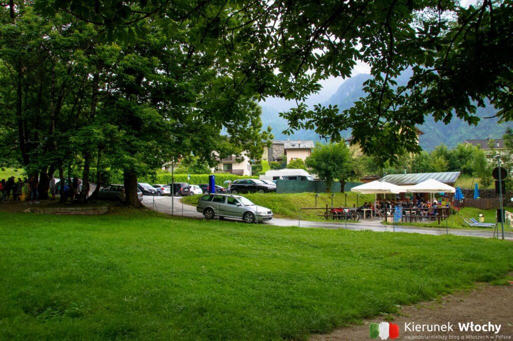 teren rekreacyjny wokół Cascate dell'Acquafraggia, co warto zobaczyć w drodze do Włoch (fot. Łukasz Ropczyński, kierunekwlochy.pl)