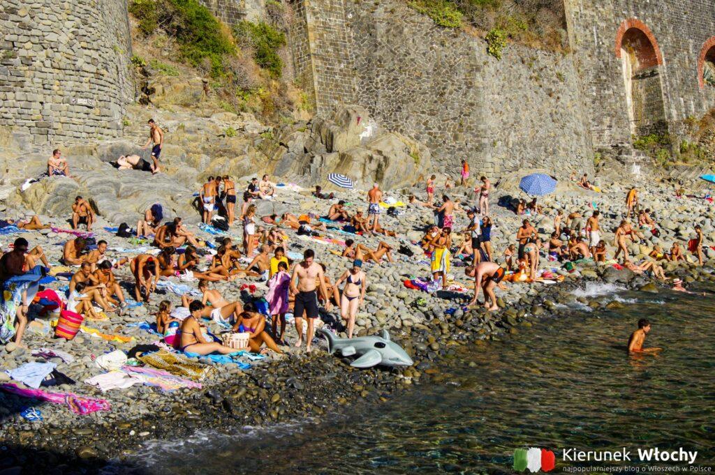 kamienista plaża w Riomaggiore, Liguria, Włochy (fot. Łukasz Ropczyński, kierunekwlochy.pl)