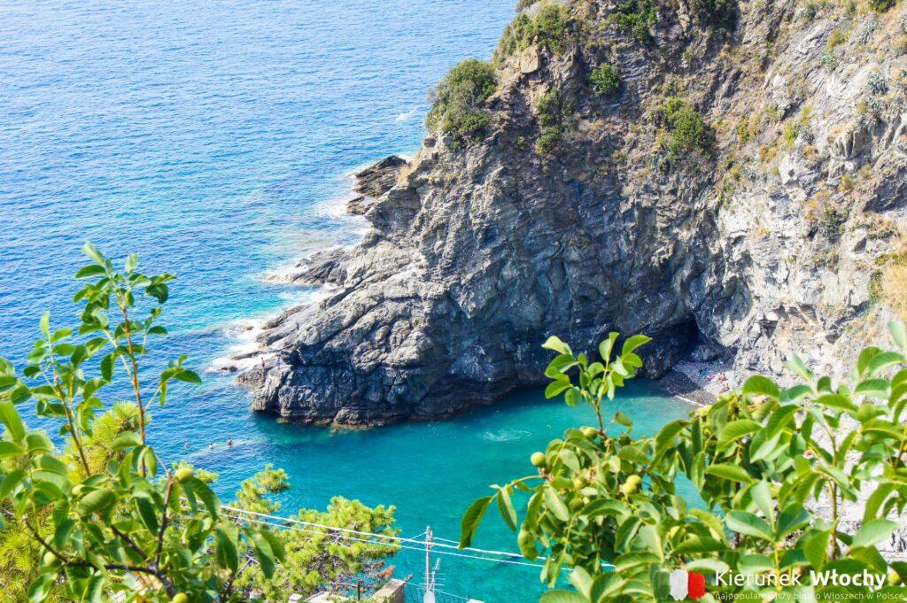 widok z Corniglii na skaliste wybrzeże Cinque Terre (fot. Łukasz Ropczyński, kierunekwlochy.pl)