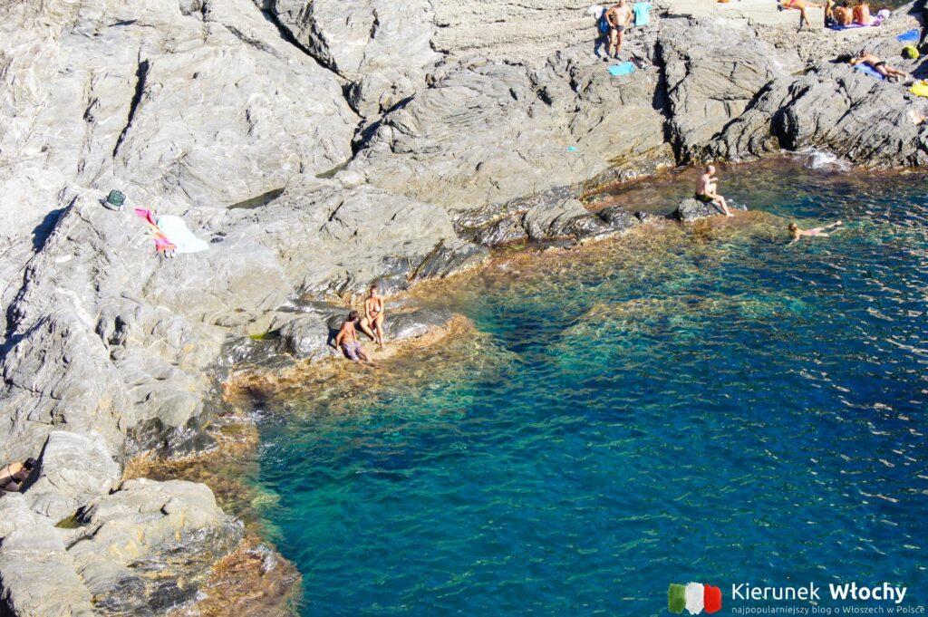 turyści odpoczywający w Manaroli, Liguria (fot. Ł. Ropczyński, kierunekwlochy.pl)