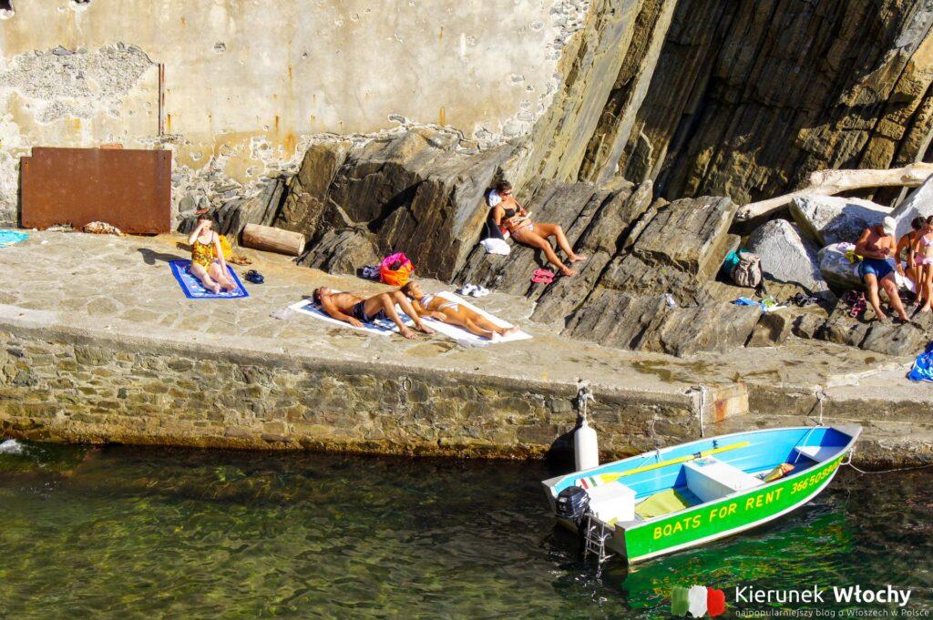 turyści odpoczywający w Riomaggiore, Liguria (fot. Ł. Ropczyński, kierunekwlochy.pl)