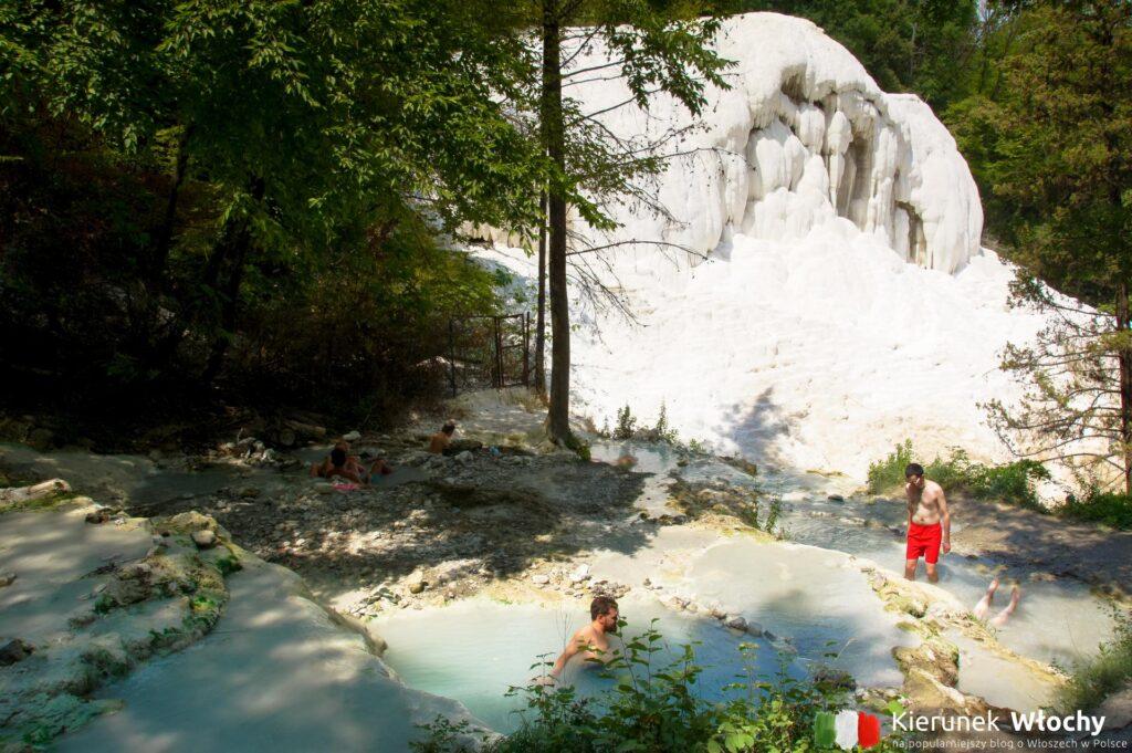 gorące źródła termalne w Toskani w Bagni San Filippo (fot. Łukasz Ropczyński, kierunekwlochy.pl)