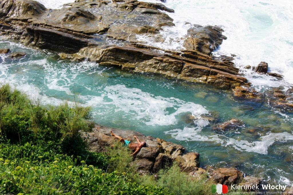skaliste wybrzeże w okolicy Livorno (fot. Ł. Ropczyński, kierunekwlochy.pl)