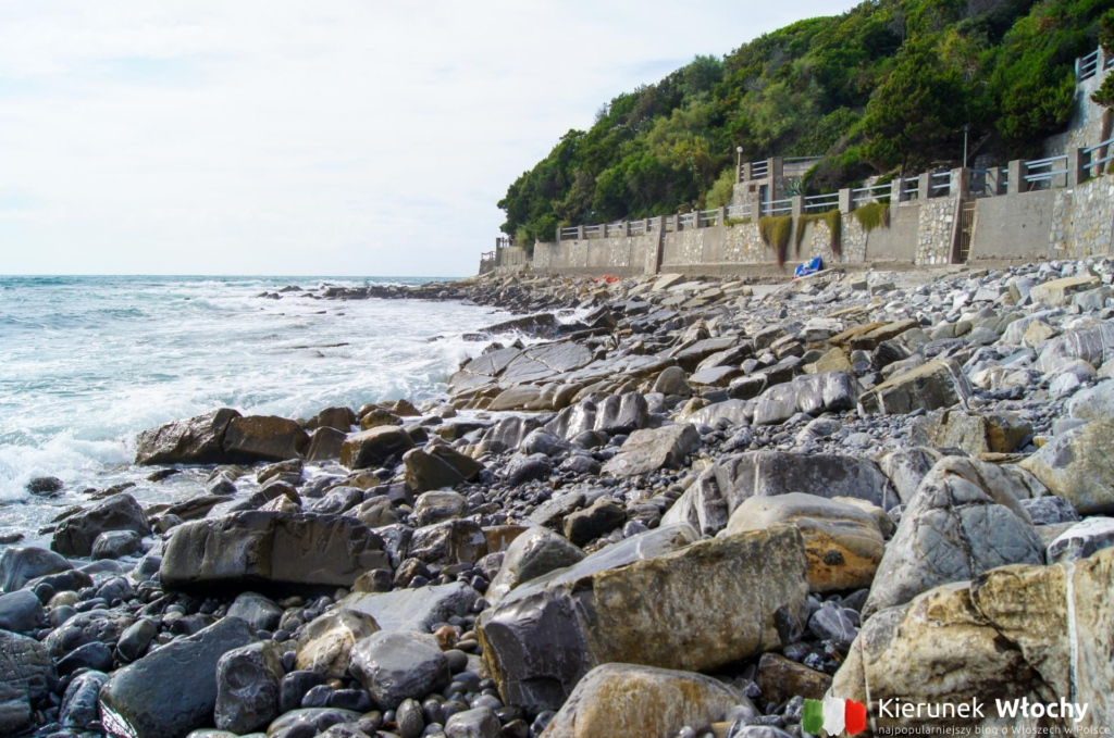 skalista plaża pomiędzy Calafuria a Chioma (fot. Ł. Ropczyński, kierunekwlochy.pl)