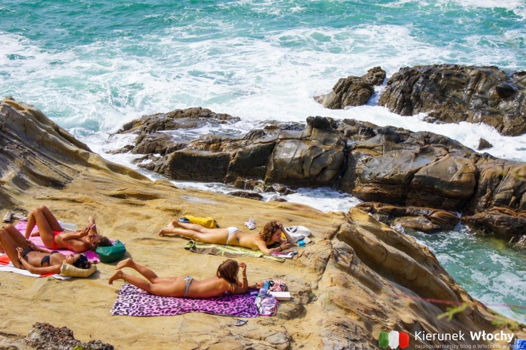 Włoszki opalające się na skalistej plaży w Quercianella, Toskania, Włochy (fot. Łukasz Ropczyński, kierunekwlochy.pl)