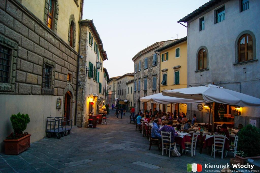 restauracyjne stoliki przy głównej ulicy w Castellina in Chianti, Toskania, Włochy (fot. Łukasz Ropczyński, kierunekwlochy.pl)