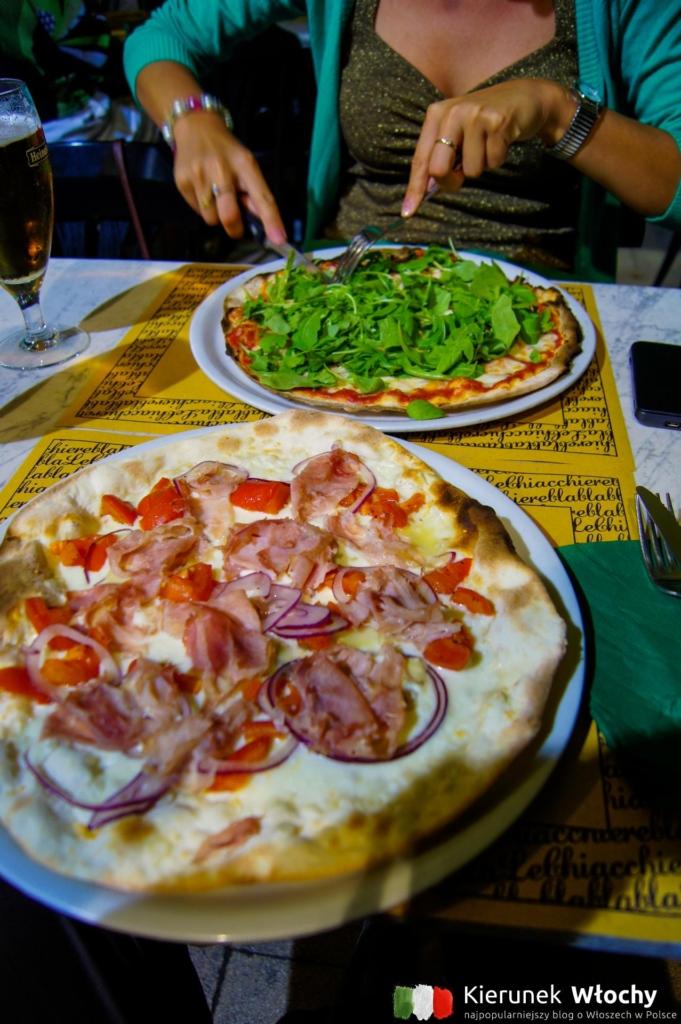nasza pizza w Osteria Le Chiacchiere w centrum Ceciny (fot. Łukasz Ropczyński, kierunekwlochy.pl)