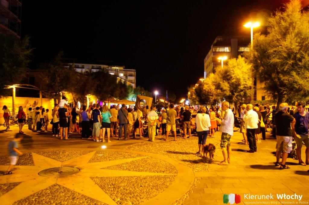 miejska promenada tętni życiem wieczorami (fot. Łukasz Ropczyński, kierunekwlochy.pl)