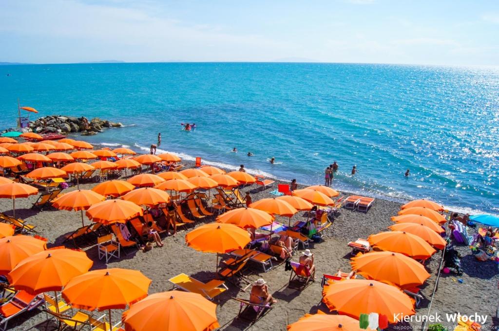 plaża płatna w centrum miasteczka (fot. Łukasz Ropczyński, kierunekwlochy.pl)