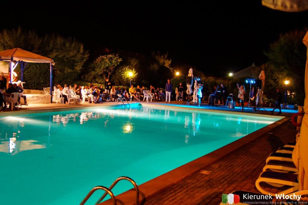 wieczorne animacje przy basenie hotelu Stella Marina w Marina di Cecina w Toskanii (fot. Łukasz Ropczyński, kierunekwlochy.pl)