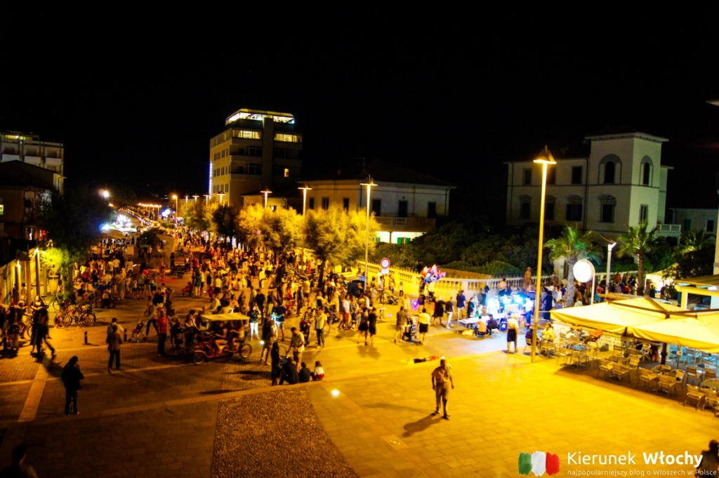 życie nocne na głównym miejskim placu przy plaży (fot. Łukasz Ropczyński, kierunekwlochy.pl)