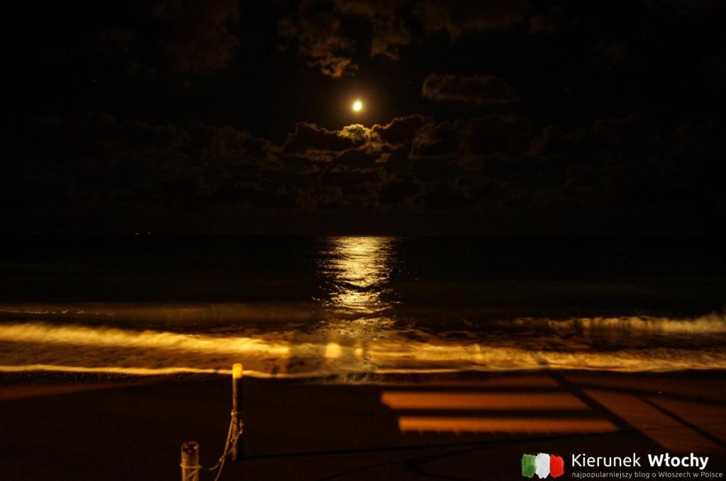 wieczorny widok na morze ze skweru na północnym końcu deptaku (fot. Łukasz Ropczyński, kierunekwlochy.pl)