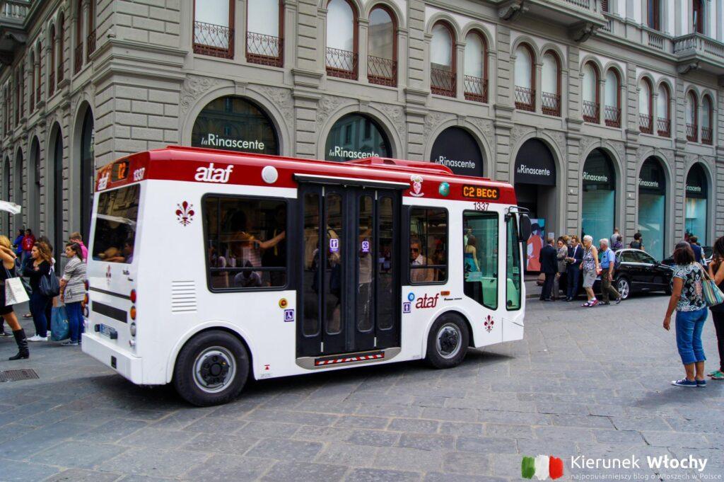 po ścisłym historycznym centrum Florencji jeżdżą takie niewielkie autobusy albo nieliczne samochody, które mają zezwolenie (fot. Łukasz Ropczyński, kierunekwlochy.pl)