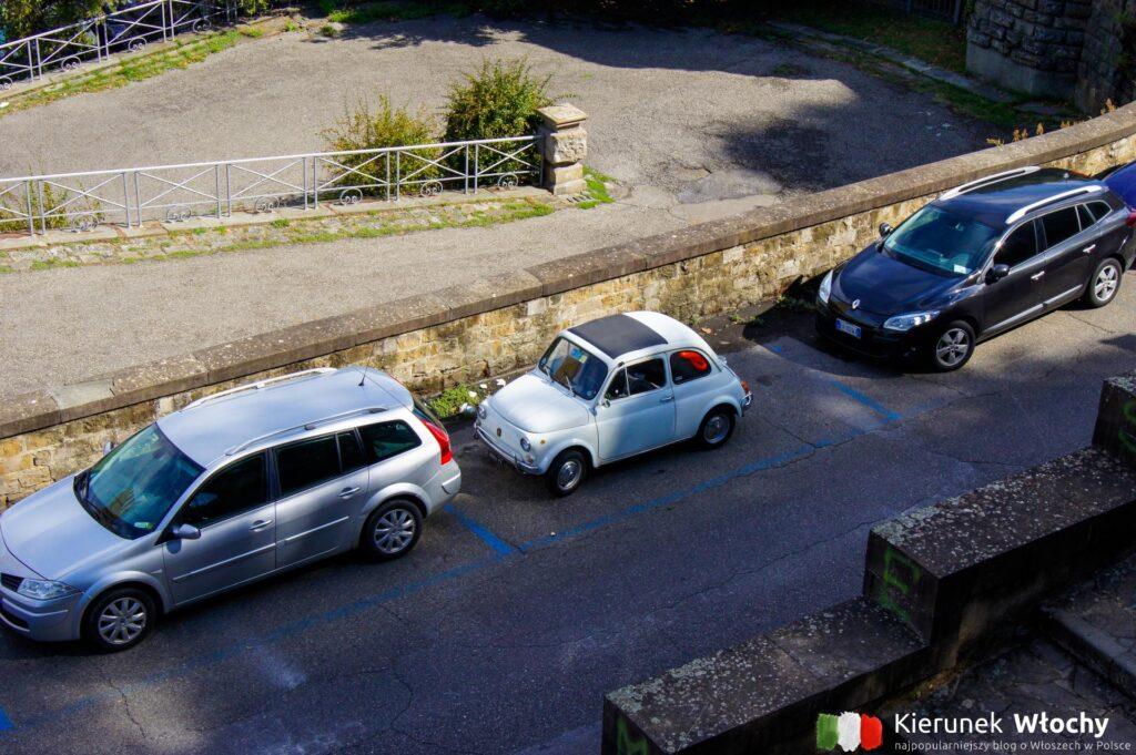 parking we Florencji przy ulicy, w strefie ZTL (fot. Łukasz Ropczyński, kierunekwlochy.pl)