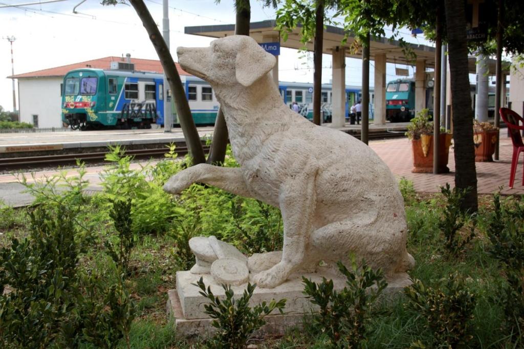 pomnik psa Lampo na stacji Campiglia Marittima, Włochy (fot. Elvio Barlettani, Wikipedia)
