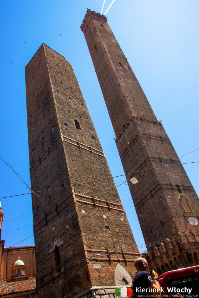 dwie wieże w Bolonii, Włochy (fot. Łukasz Ropczyński, kierunekwlochy.pl)