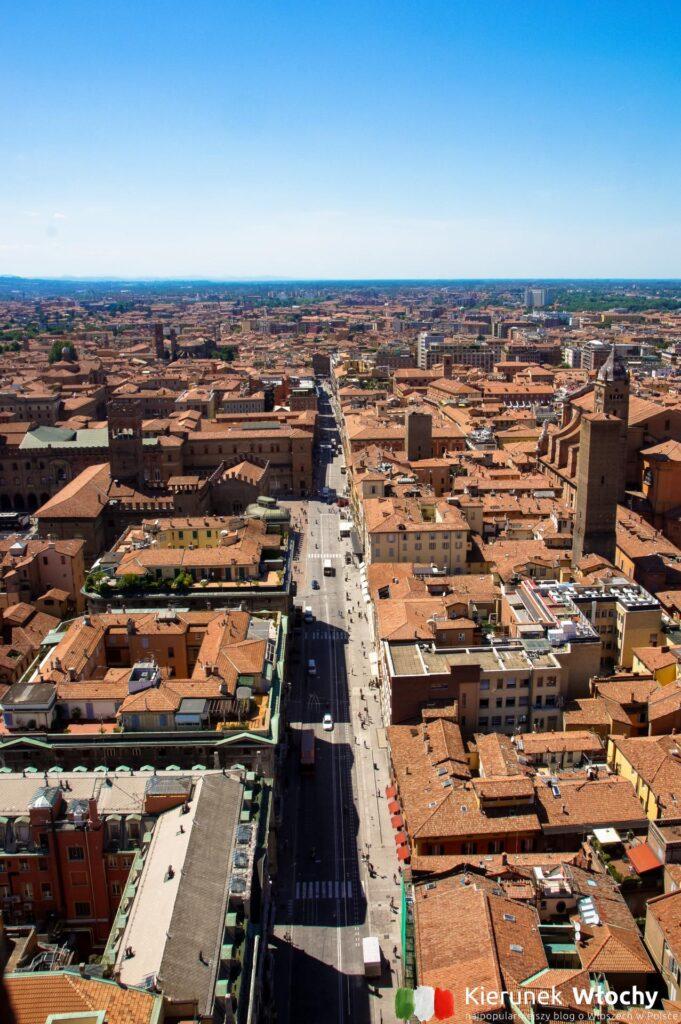 widok z wieży Torre degli Asinelli na ulicę Via Rizzoli (fot. Łukasz Ropczyński, kierunekwlochy.pl)