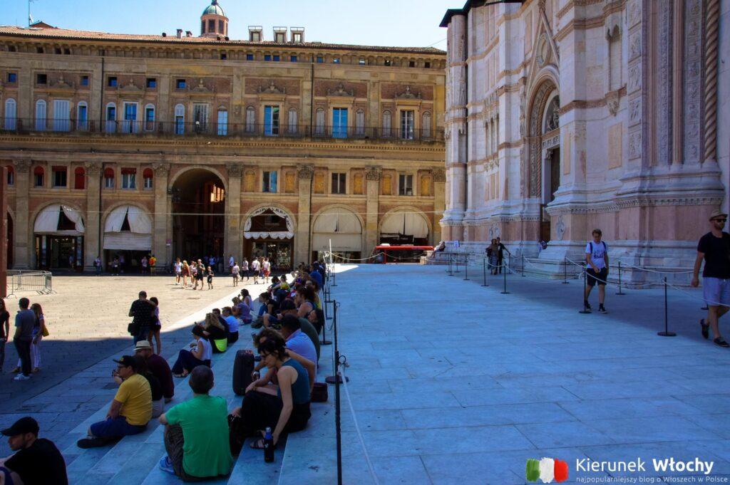 schody przed Bazyliką św. Petroniusza, Piazza Maggiore, Bolonia, Włochy (fot. Ł. Ropczyński, kierunekwlochy.pl)