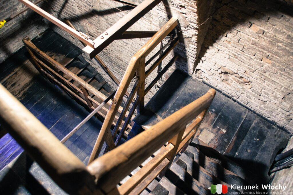 na szczyt wieży prowadzi 498 wąskich, drewnianych schodów (fot. Łukasz Ropczyński, kierunekwlochy.pl)