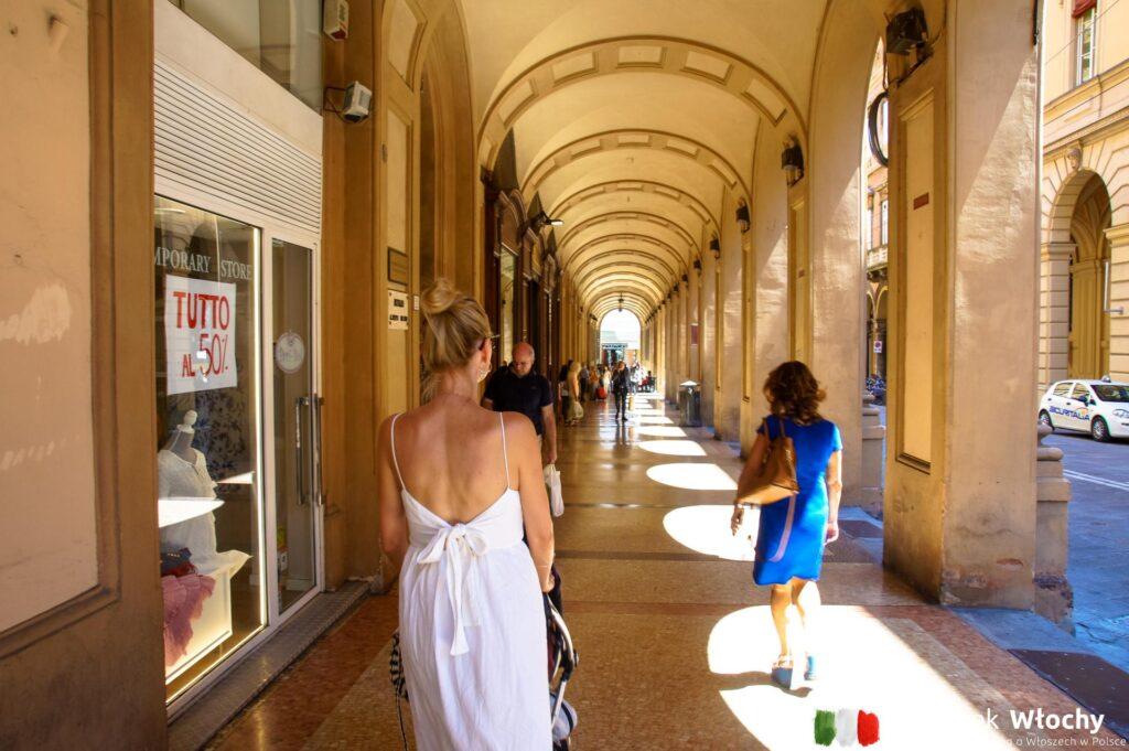 charakterystyczne dla Bolonii portyki są wzdłuż większości głównych ulic w historycznym centrum (fot. Łukasz Ropczyński, kierunekwlochy.pl)