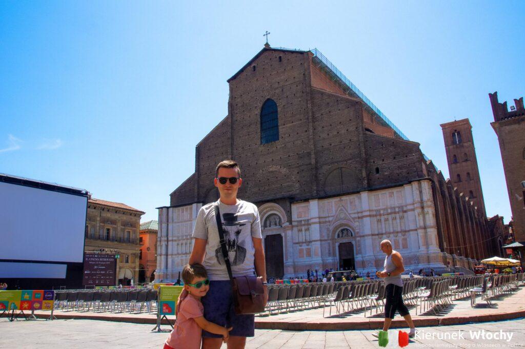 w tle, za nami bazylika San Petronio w Bolonii, Włochy (fot. Łukasz Ropczyński, kierunekwlochy.pl)