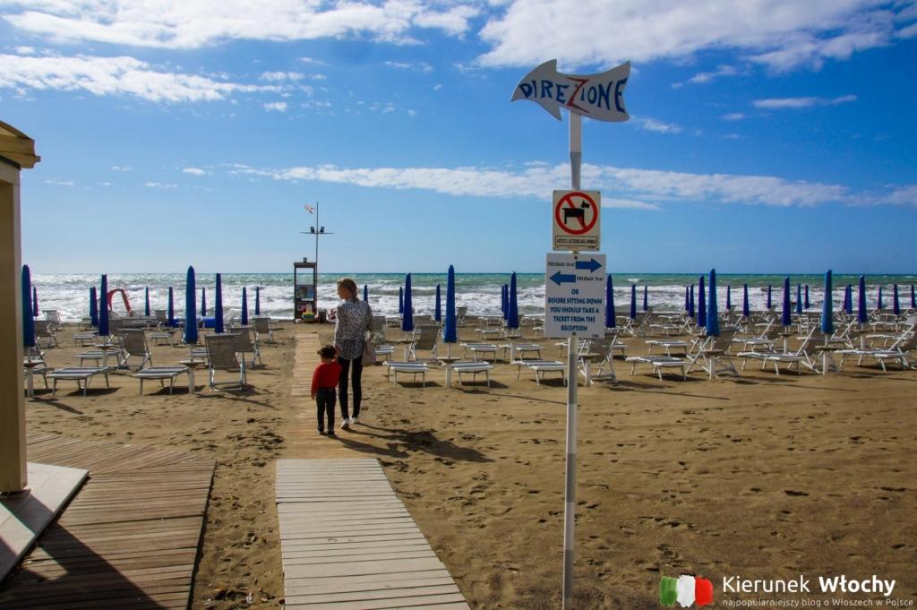 główne wejście na miejską plażę (fot. Łukasz Ropczyński, kierunekwlochy.pl)