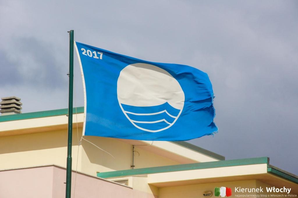 Błękitna Flaga (Bandiera blu) potwierdzająca czystość plaży (fot. Łukasz Ropczyński, kierunekwlochy.pl)