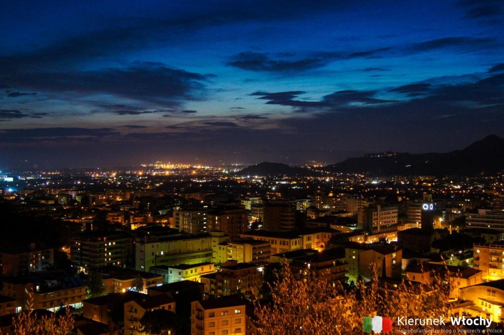 widok na centrum miasta i linię wybrzeża w trakcie wieczornego spaceru wokół zamku Malaspina (fot. Łukasz Ropczyński, kierunekwlochy.pl)