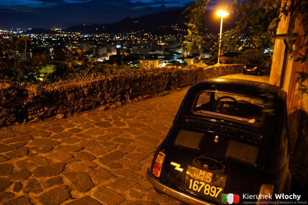 nocny widok na panoramę Massy z alejki prowadzącej do Castello Malaspina (fot. Łukasz Ropczyński, kierunekwlochy.pl)