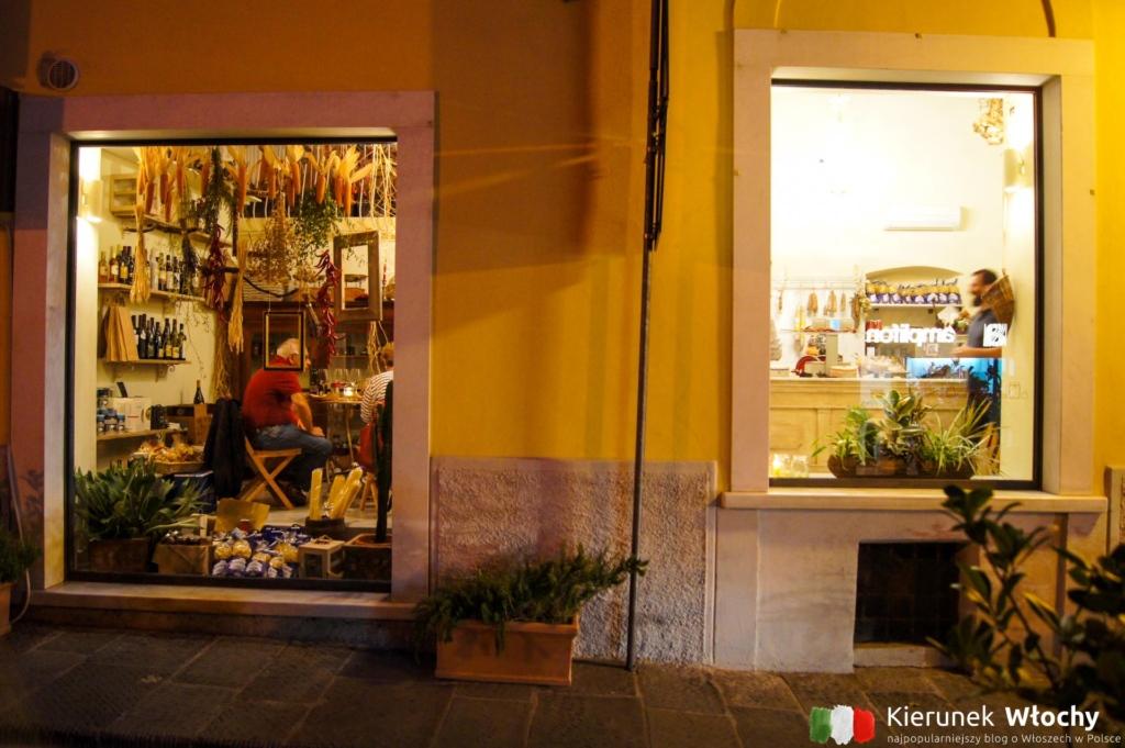 sklepik, w którym można na miejscu zjeść lokalne wędliny i sery (fot. Łukasz Ropczyński, kierunekwlochy.pl)