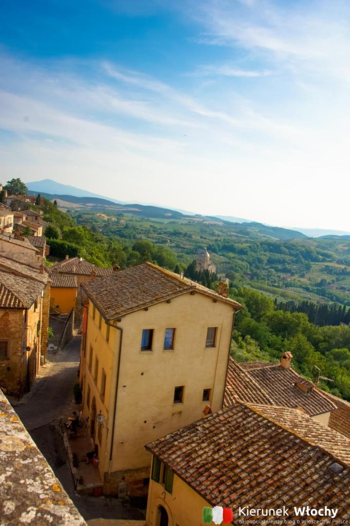 widok z centrum na wzgórza Val d'Orcia (fot. Ł. Ropczyński, kierunekwlochy.pl)