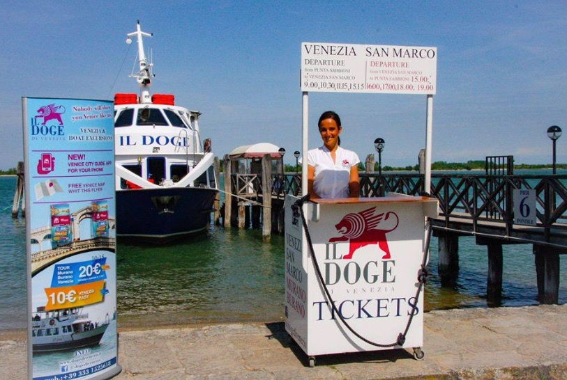stanowisko sprzedaży biletów Il Doge di Venezia w Punta Sabbioni, Włochy
