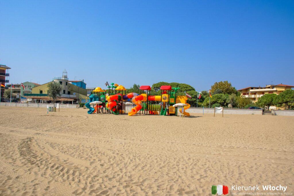 na plaży znajdują się darmowe place zabaw, takie jak ten na spiaggia levante (fot. Łukasz Ropczyński, kierunekwlochy.pl)