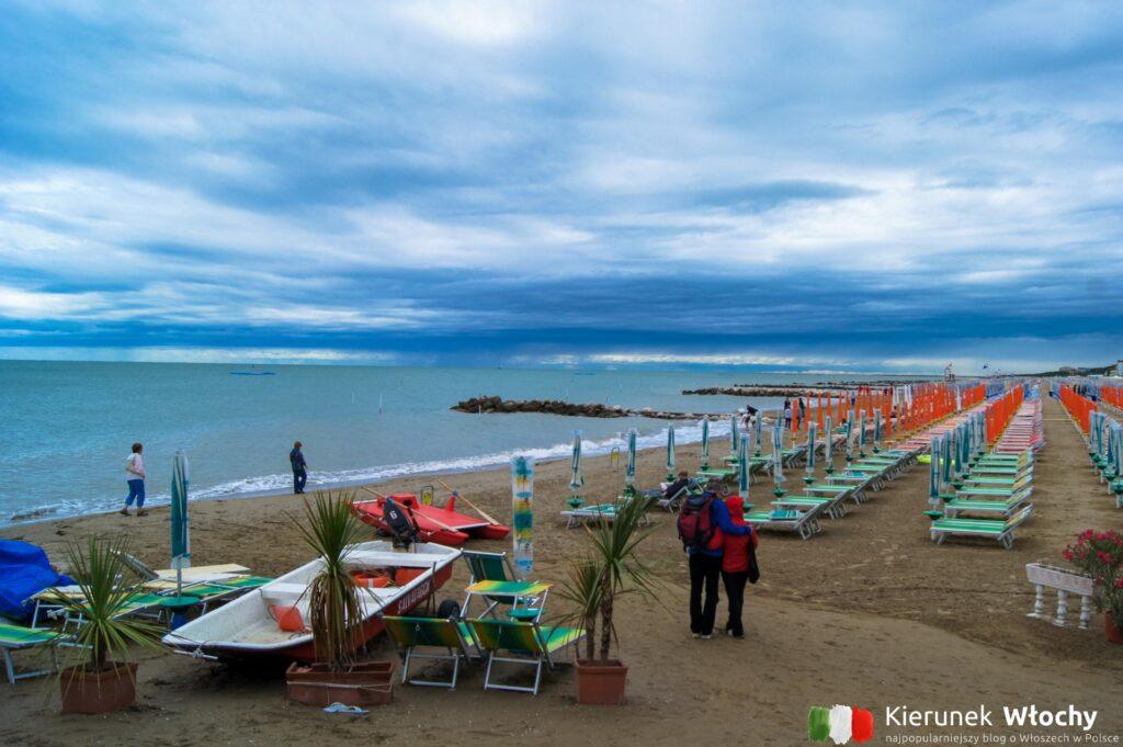 odcinek plaży płatnej, spiaggia ponente (fot. Łukasz Ropczyński, kierunekwlochy.pl)