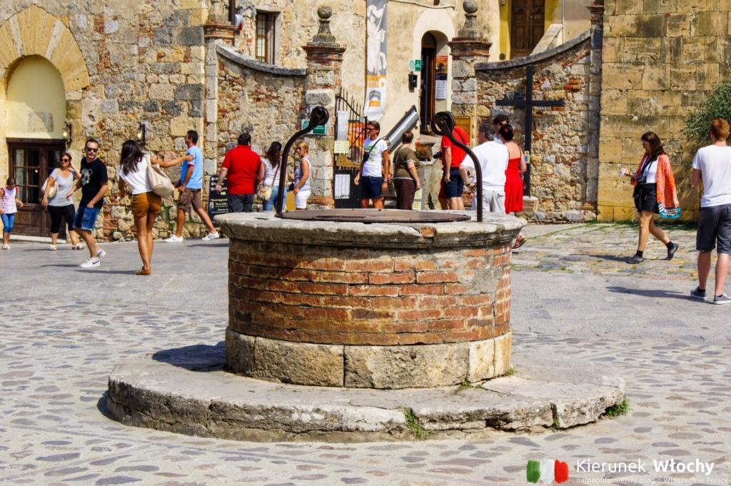 zabytkowa studnia na Piazza Roma (fot. Łukasz Ropczyński, kierunekwlochy.pl)