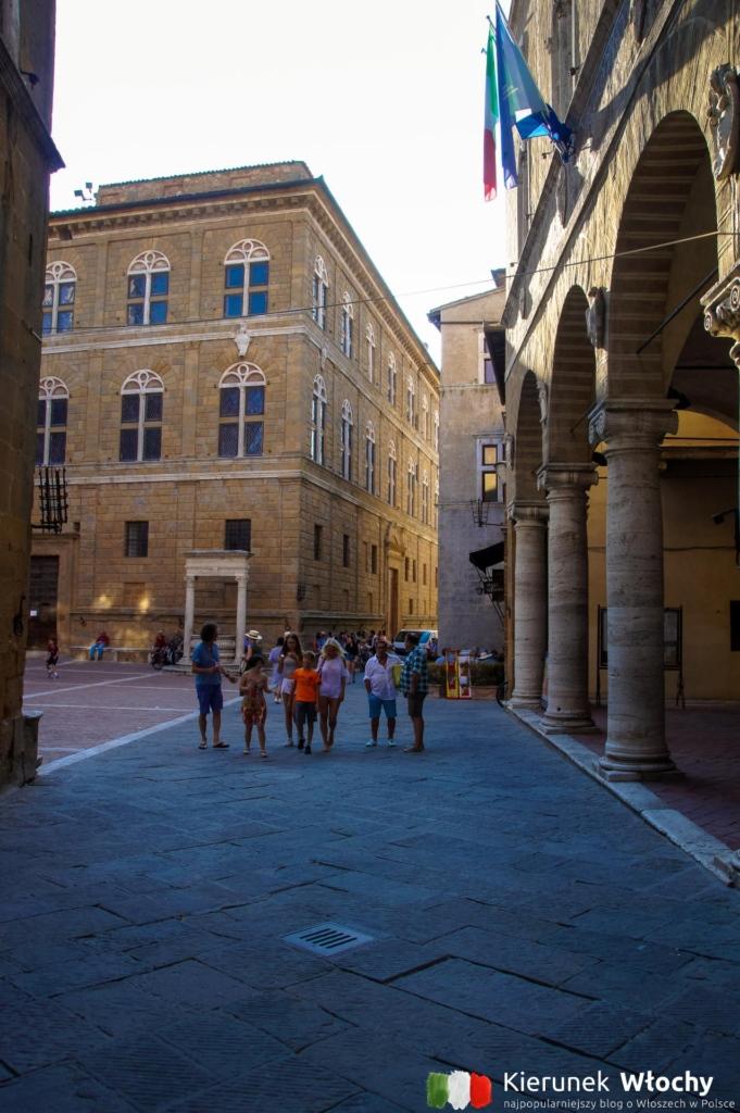 Piazza Pio II w Pienzy, Włochy (fot. Łukasz Ropczyński, kierunekwlochy.pl)