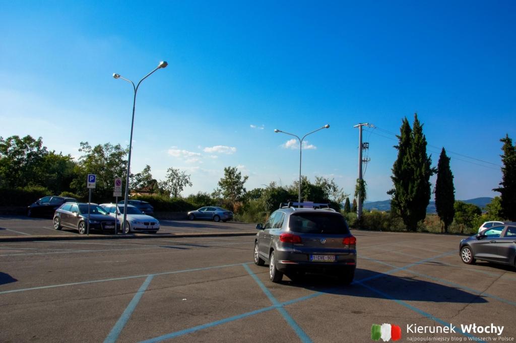 parking w Pienzy przy Via Mario Mencattelli (fot. Łukasz Ropczyński, kierunekwlochy.pl)